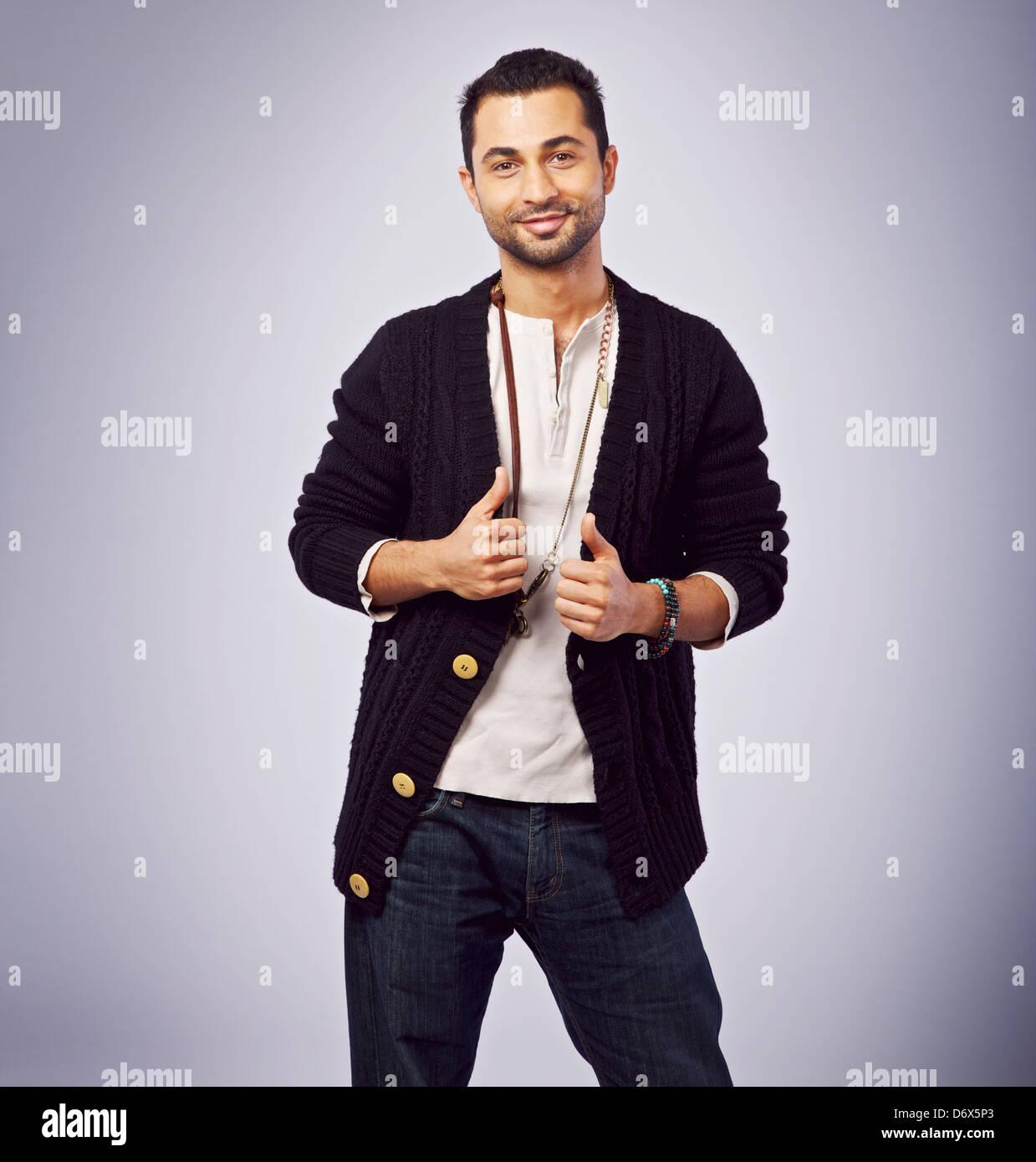 Nahen Ostens Kerl in einem Studio posiert für die Kamera Stockbild