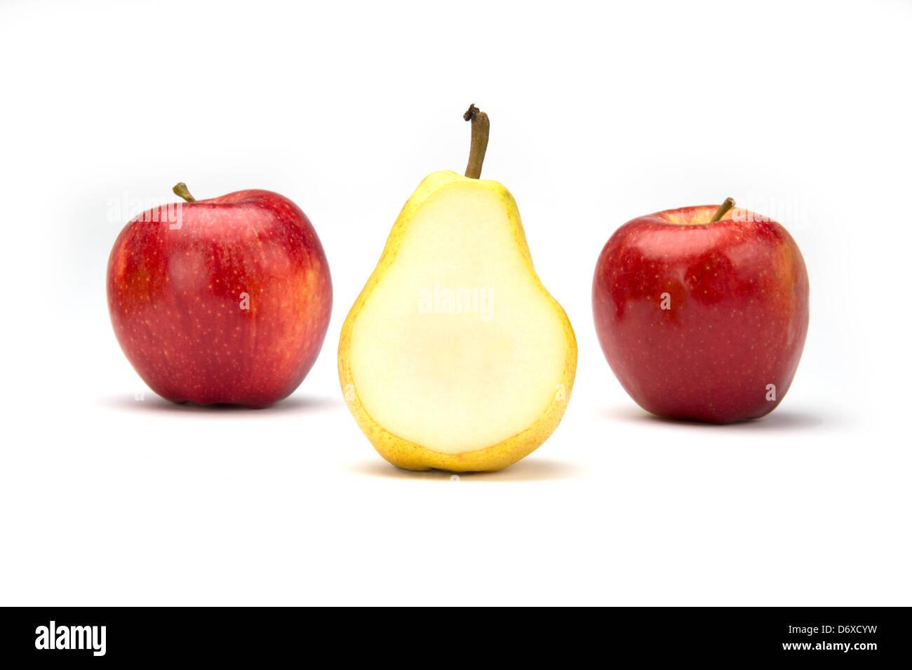 Zwei Royal Gala Äpfel und eine geschnittene Bartlet Birne in der Mitte Stockfoto