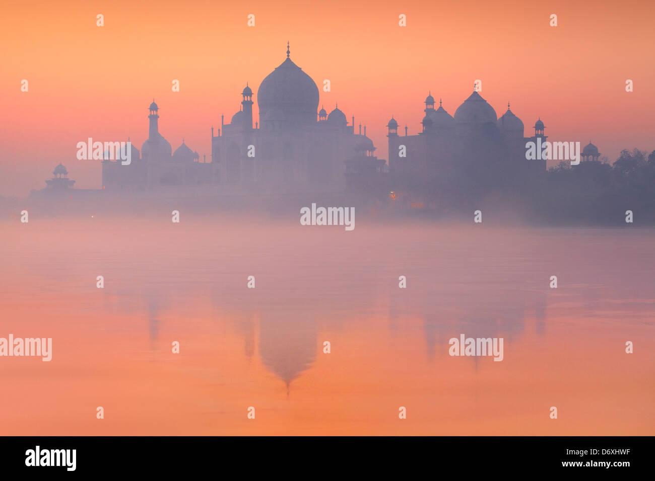 Sonnenuntergang Taj Mahal und Yamuna River, Agra, Uttar Pradesh, Indien UNESCO Stockbild