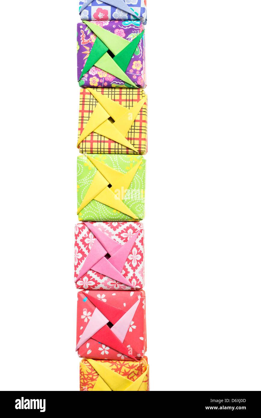 Reihe von Origami-Schachteln auf weißem Hintergrund Stockbild