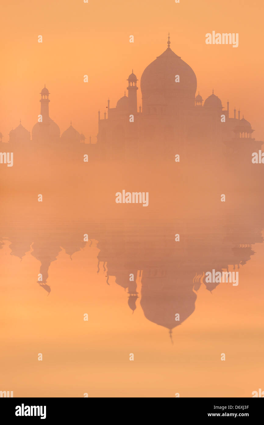 Skyline von Taj Mahal bei Sonnenaufgang, Agra, Uttar Pradesh, Indien Stockbild