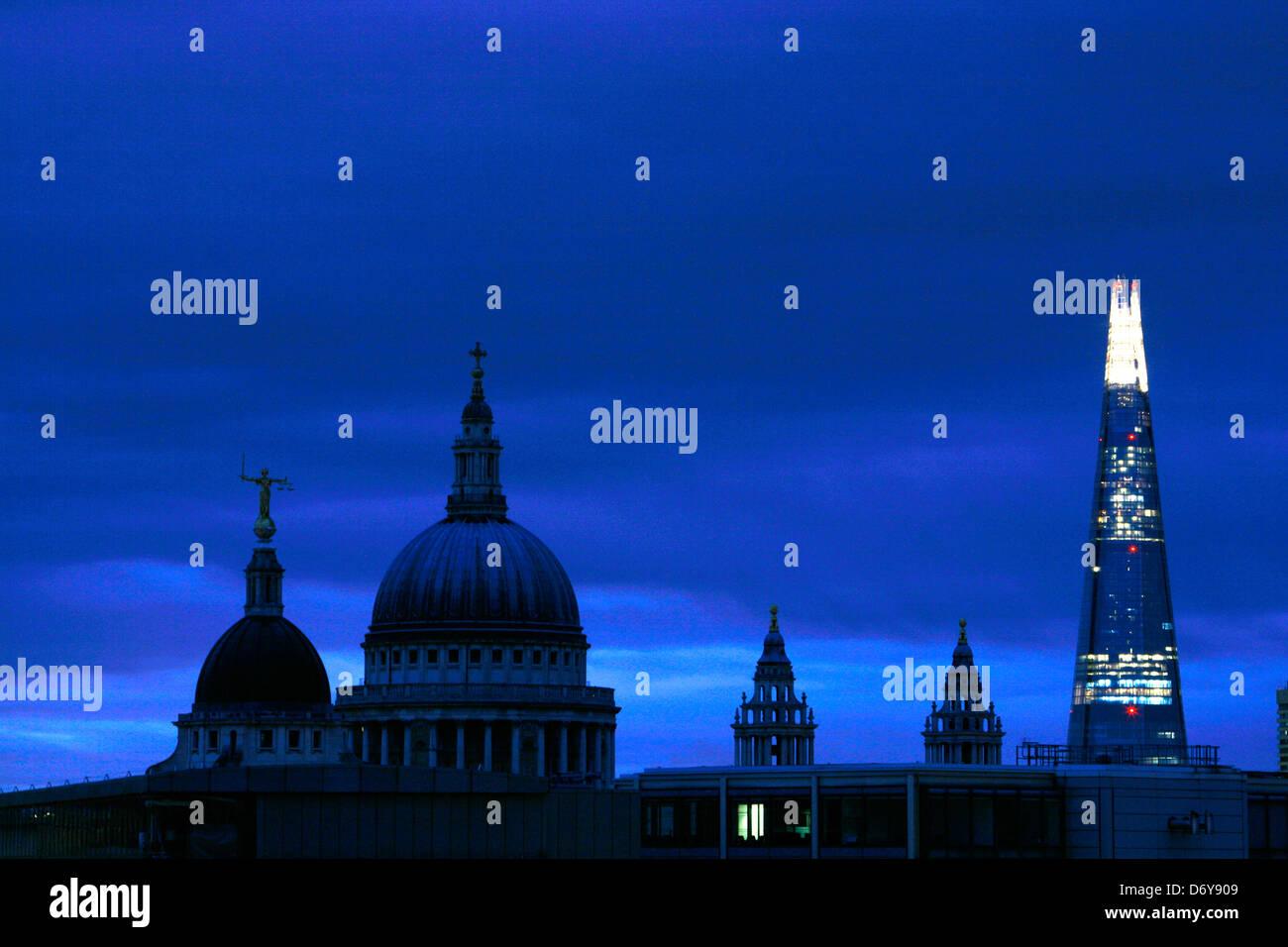 Skyline-Blick in der Morgendämmerung des Old Bailey, St. Pauls Cathedral und der Shard, City of London, UK Stockbild