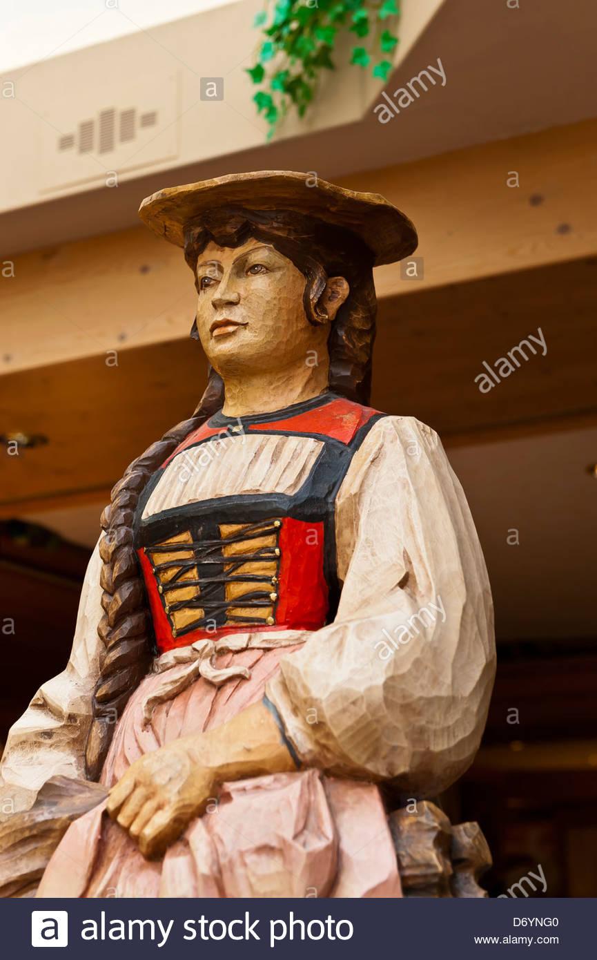 Holzschnitzerei des alpinen Frau, Romantik Hotel Schweizerhof, Grindelwald, Kanton Bern, Schweiz Stockbild