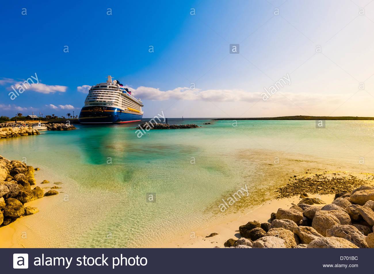 Disney Dream cruise Schiff angedockt an Castaway Cay (Disneys Privatinsel), Bahamas Stockbild