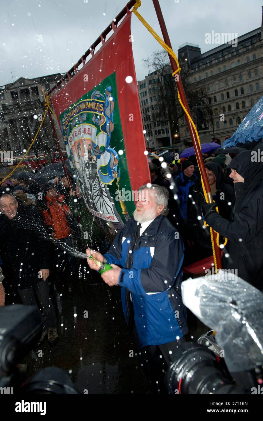 Demonstranten feiern den Tod von Margaret Thatcher durch das Werfen eines Teils am ersten Samstag nach ihrem Tod. Stockbild