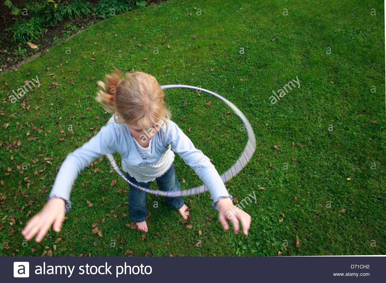 Erhöhte Ansicht von einem Mädchen spielen mit einem Hula-Hoop Stockbild
