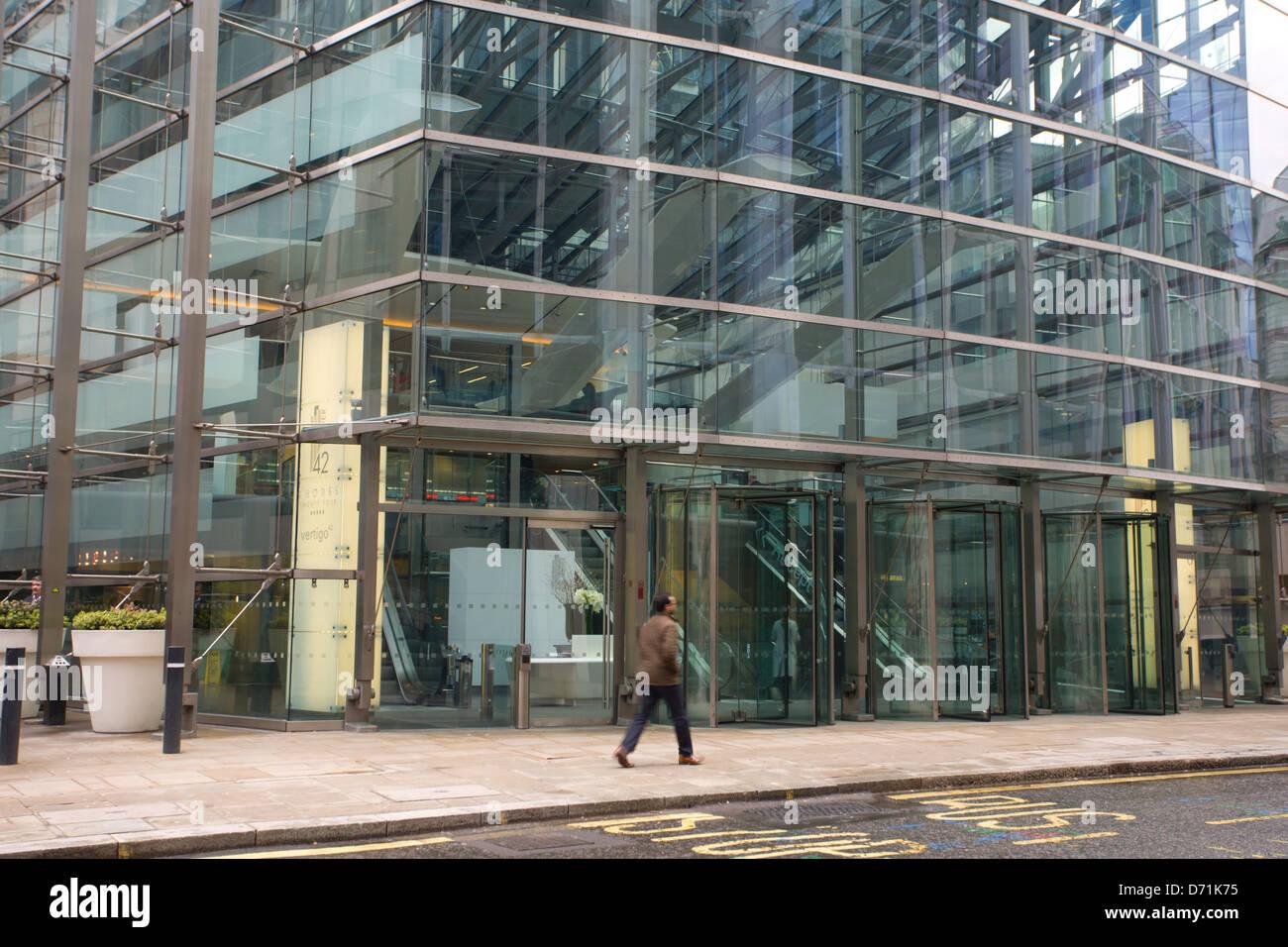 Mann vorbei gehen. Der Eingang zum Turm 42, Old Broad Street London Stockbild