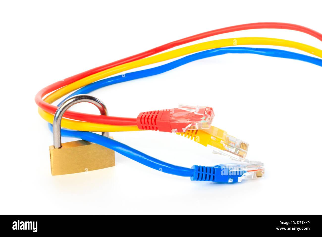 Gesicherten Netzwerk-Kabel mit einem Vorhängeschloss vor weißem ...