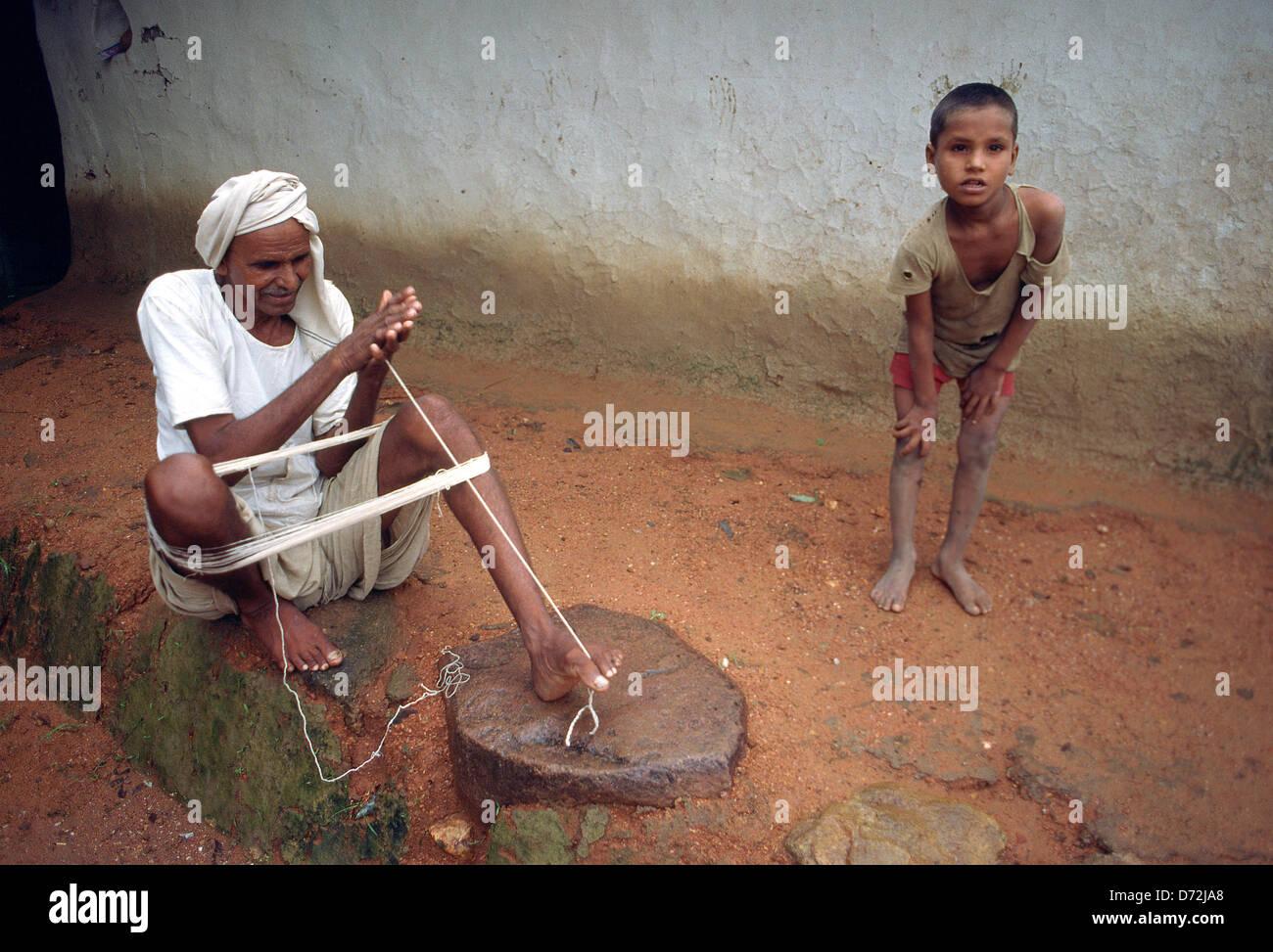 Ein Mann Der Aussieht Wie Mahatma Gandhi Dreht Sich