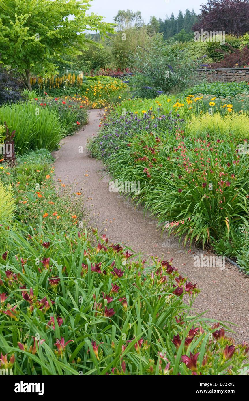 Leere Gasse Im Blühenden Garten, Devon, UK. Stockbild