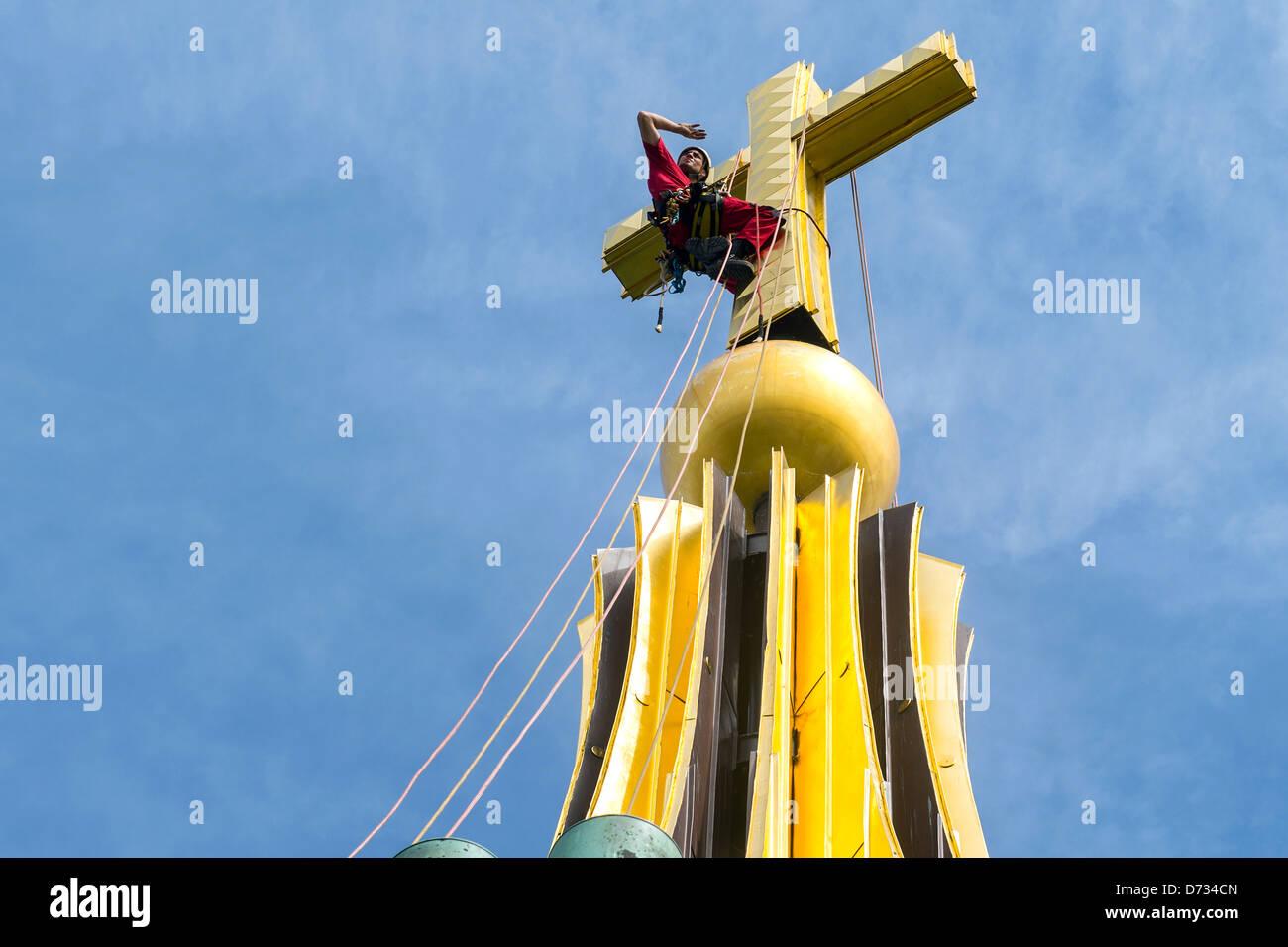 Berlin, Deutschland, Einbrecher Thomas Michael Cross auf der Kuppel des Berliner Doms Stockbild