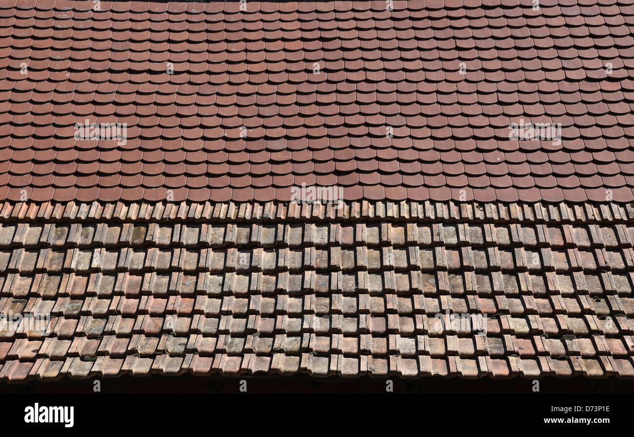 Zwei verschiedene Arten von Fliesen auf einem Dach Stockfoto, Bild ...