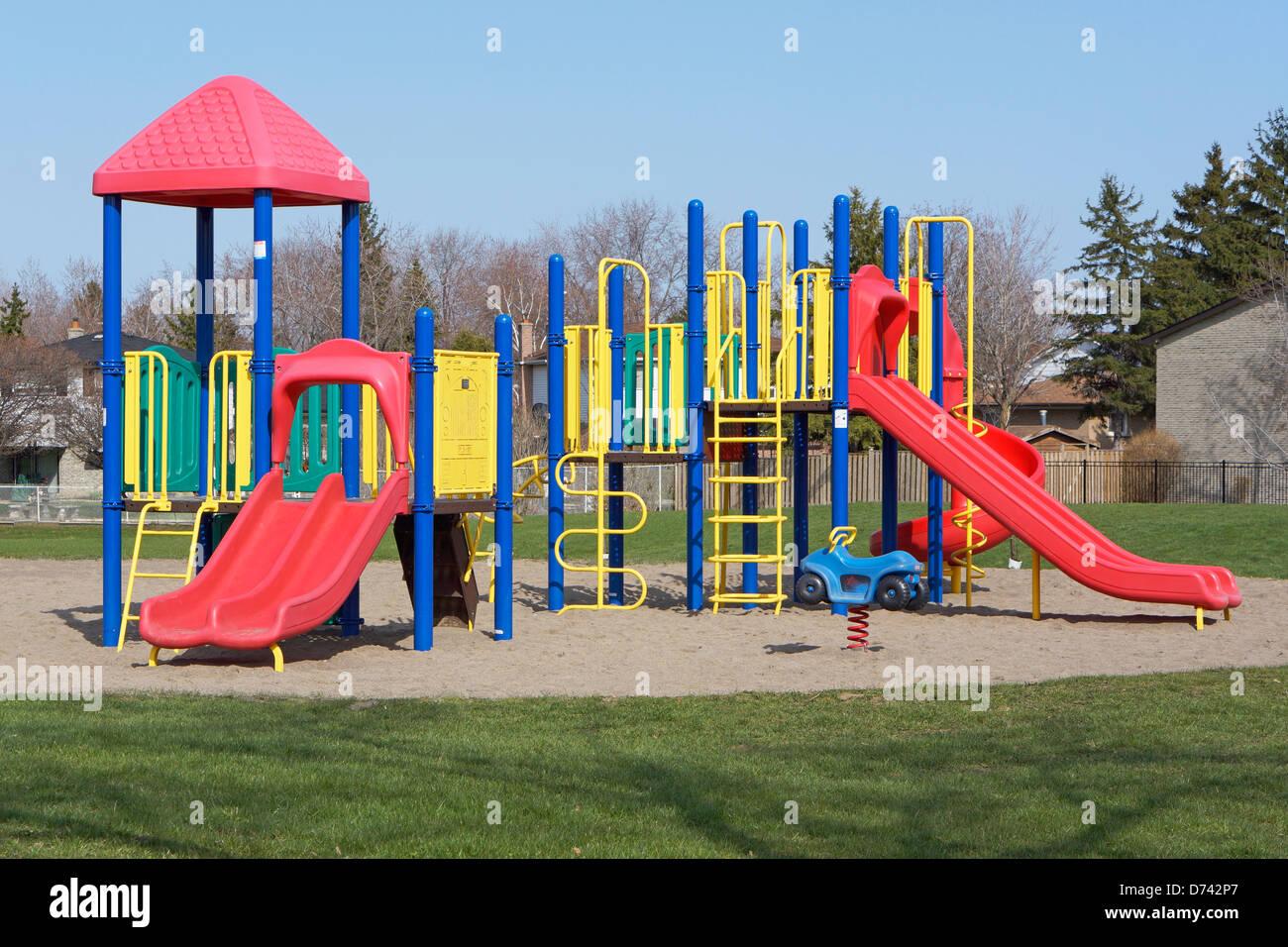 Kinderspielplatz, Rutschen auf dem Schulgelände Stockbild