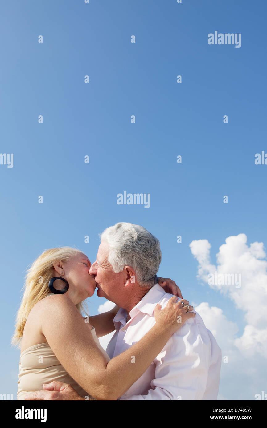Älteres Paar in Liebe, Flitterwochen mit alten Mann und Frau küssen. Textfreiraum Stockbild