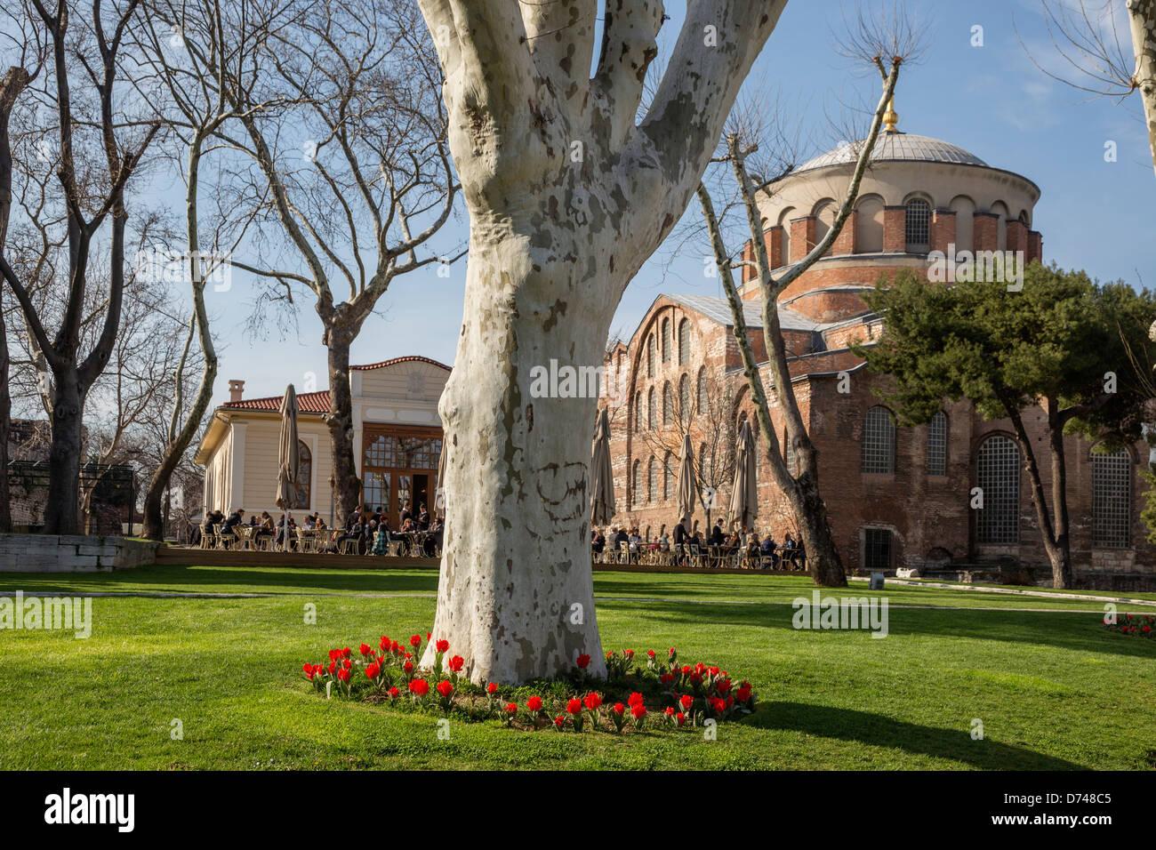 Garten im ersten Hof des Topkapi-Palast, Istanbul, Türkei. Im Hintergrund die Kirche von Hagia Eirene. Stockbild