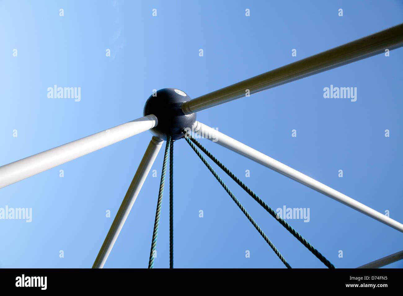 Klettergerüst Mit Seilen : Detail der kinderspielplatz seil klettergerüst gegen blauen himmel