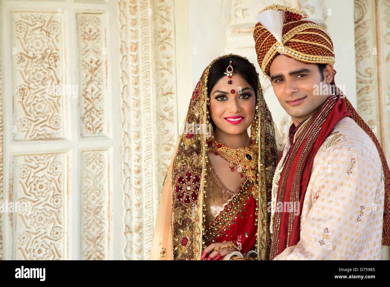 Indische Braut und Bräutigam in traditionellen Brautkleid Stockfoto ...