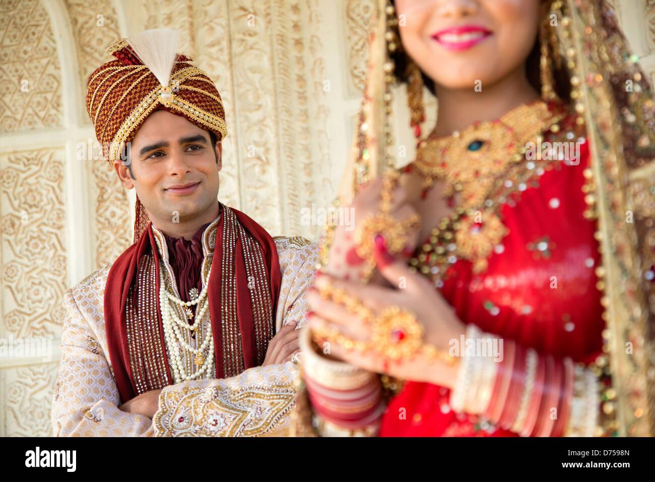 Großzügig Brautkleider Für Indische Bräute Und Bräutigame Ideen ...