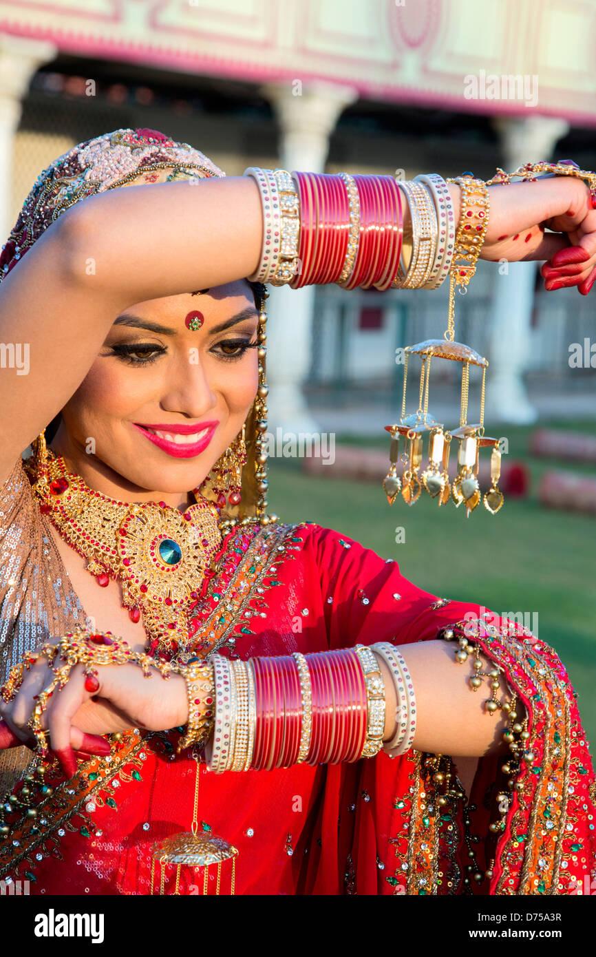 Schöne indische Braut in traditionellen Brautkleid und posiert ...