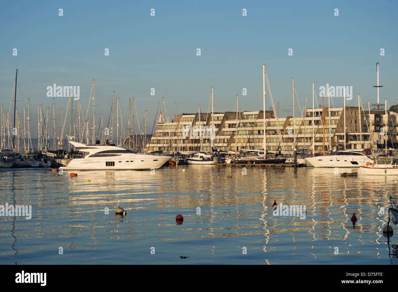 Motoryachten und Segelboote ankern vor Mayflower Marina, Plymouth, Devon UK Stockbild