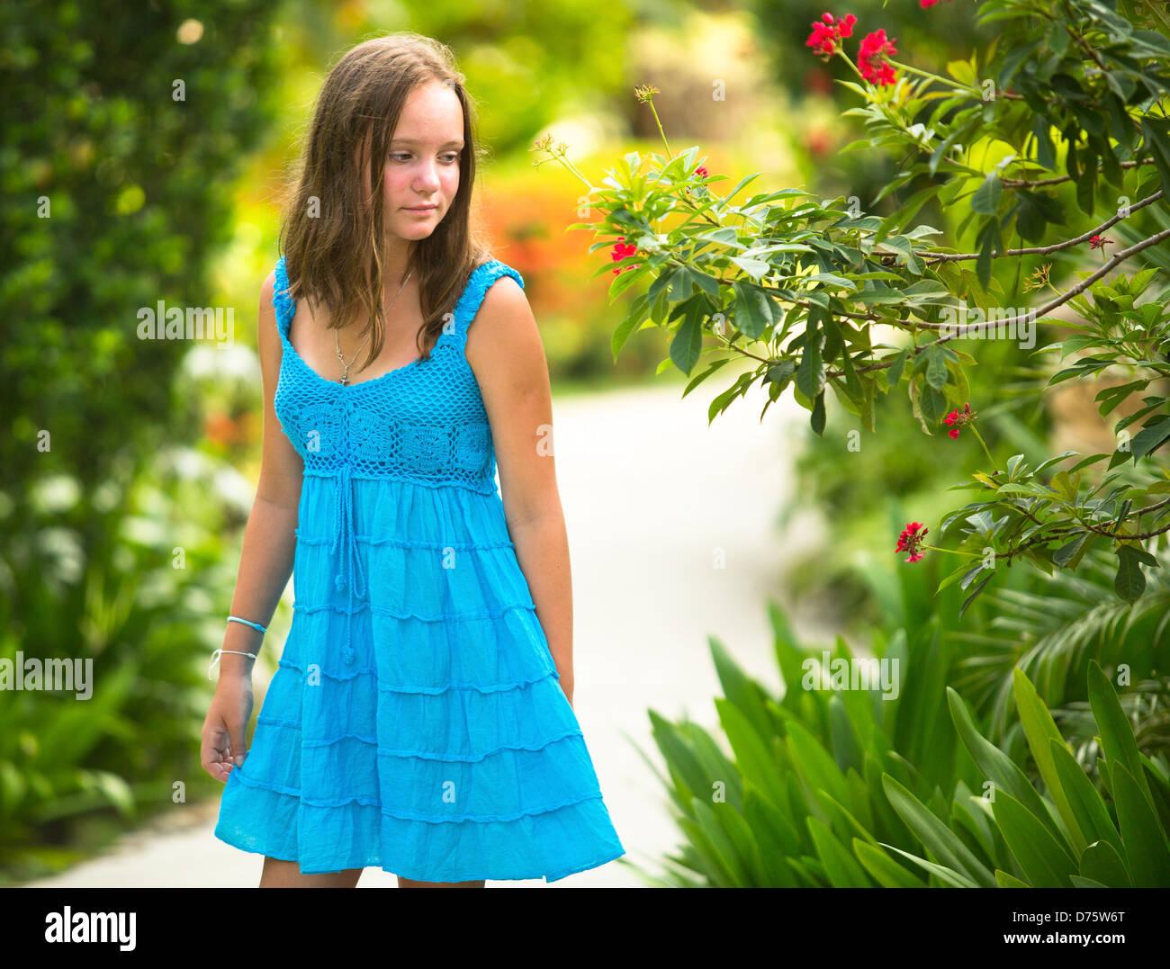 Teen-Mädchen im Frühlingsgarten. Stockbild
