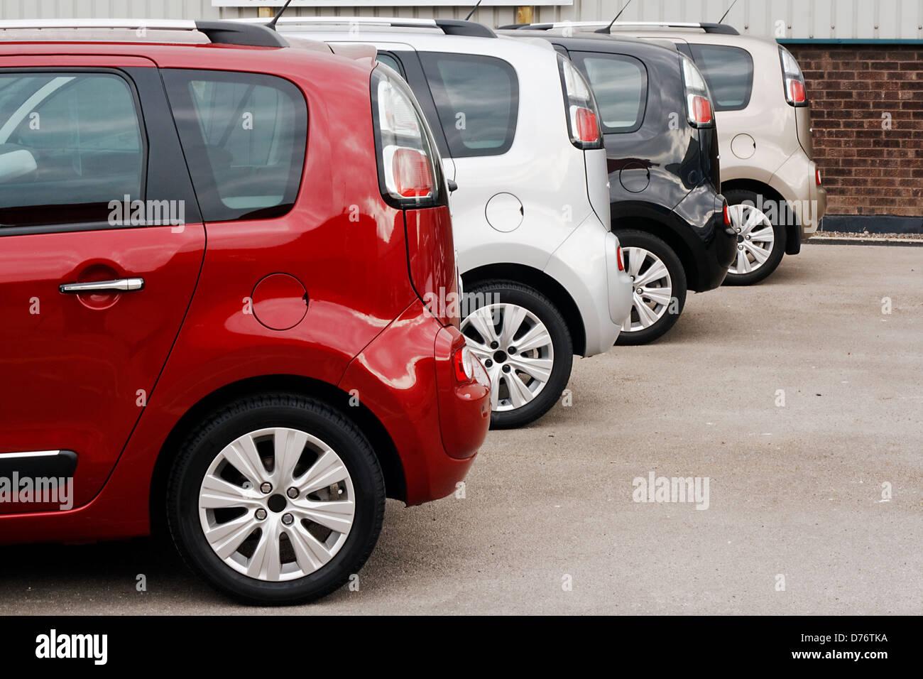 Reihe von neuen Autos für den Einzelverkauf in einem motor Händler Hof zeigt dasselbe Modell in verschiedenen Stockbild