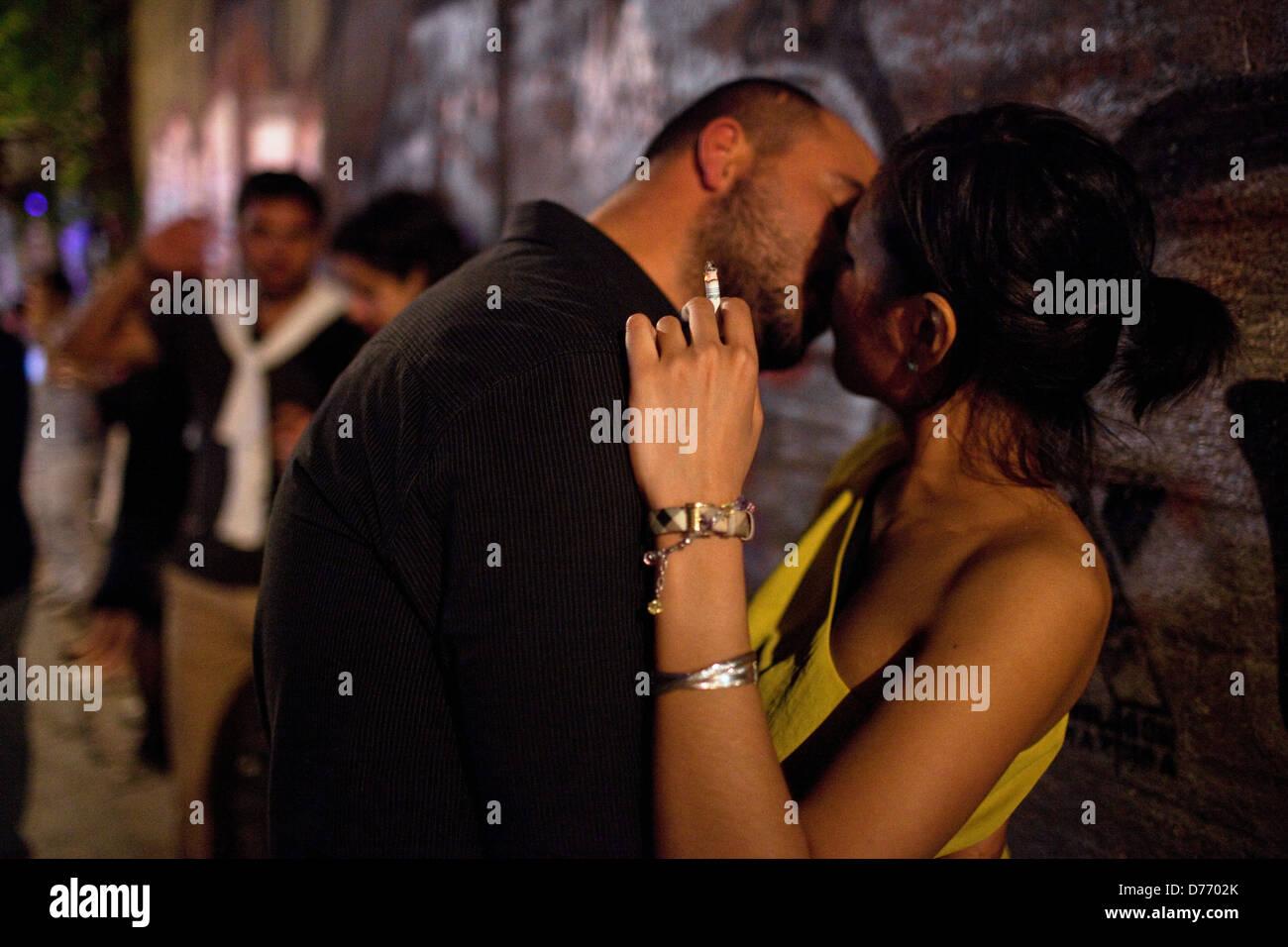 Coupke küssen, Nachtleben in Beyoglu, Istanbul, Türkei Stockbild