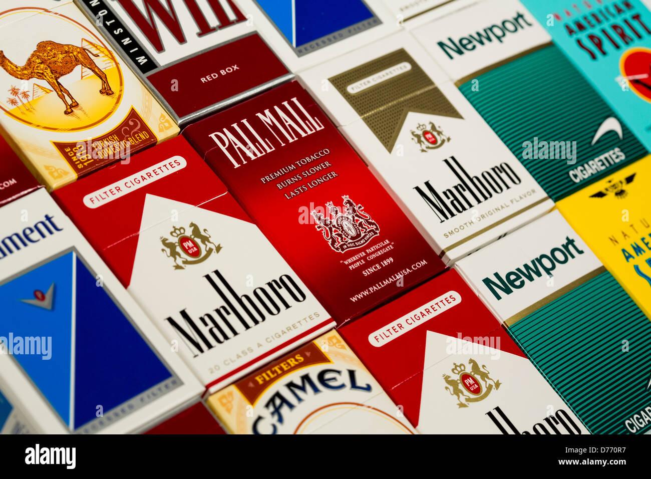 Verschiedene Schachteln Zigaretten. Marlboro, Pall Mall, Winston, Camel, Parlament, Newport, American Spirit. Stockfoto
