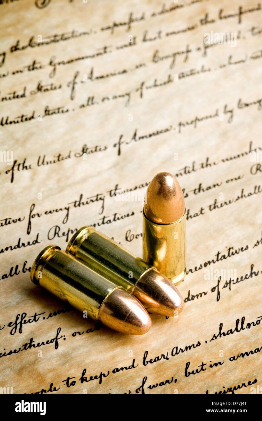 """Kugeln auf die Bill Of Rights - das Recht, Waffen zu tragen. Makro mit begrenzter Dof, Tipps und """"bear Arms"""" Stockbild"""