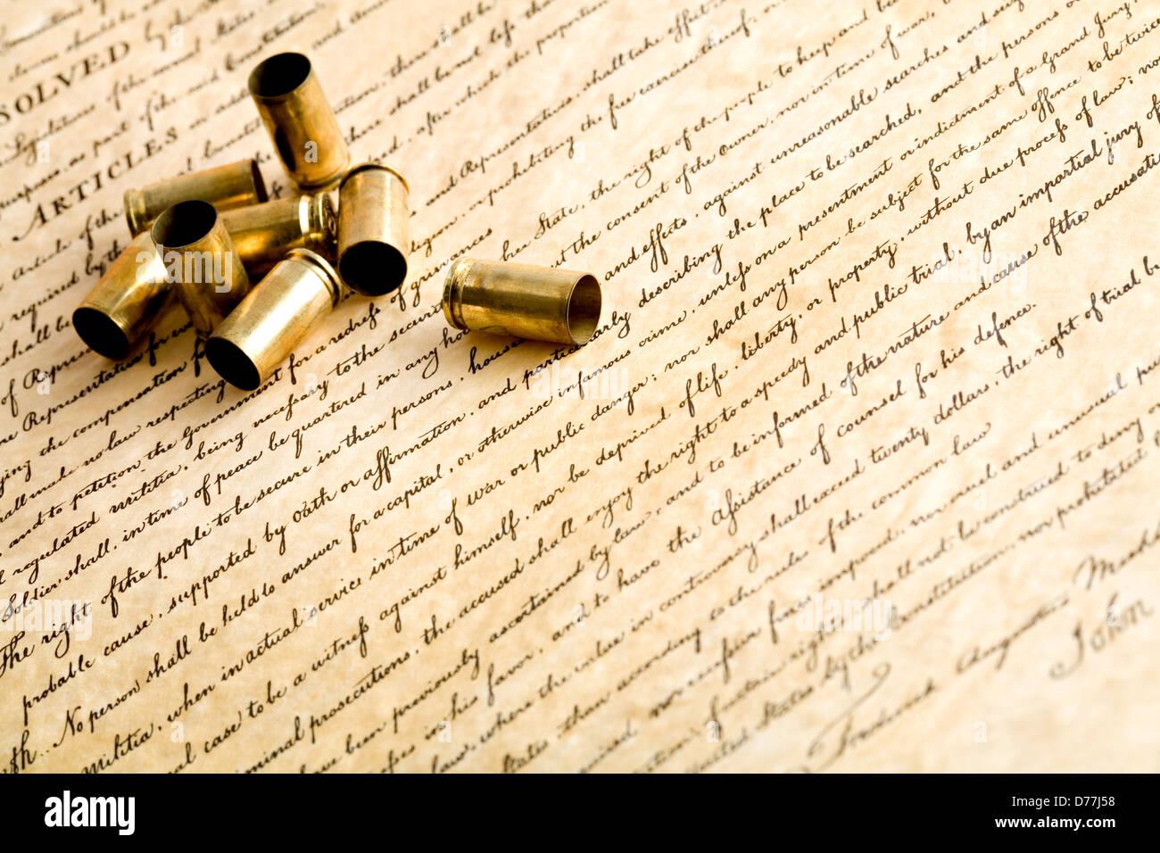 Kugeln auf die Bill Of Rights - das Recht, Waffen zu tragen - verbrachte Gehäusen, Makro mit Schwerpunkt am Stockbild