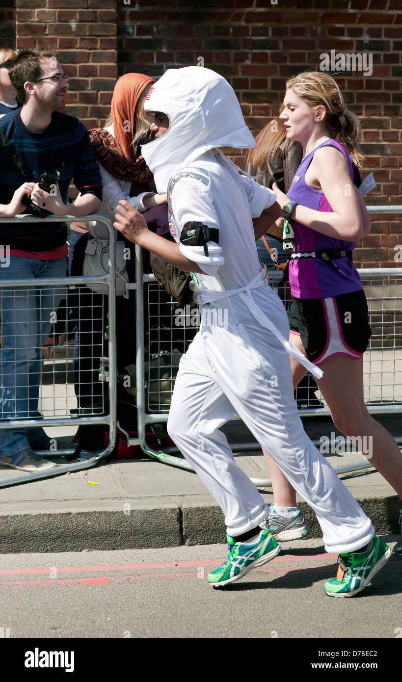 Liebe Läufer, gekleidet in einem Kostüm Spaceman beteiligt sich an den 2013-London-Marathon. Stockbild