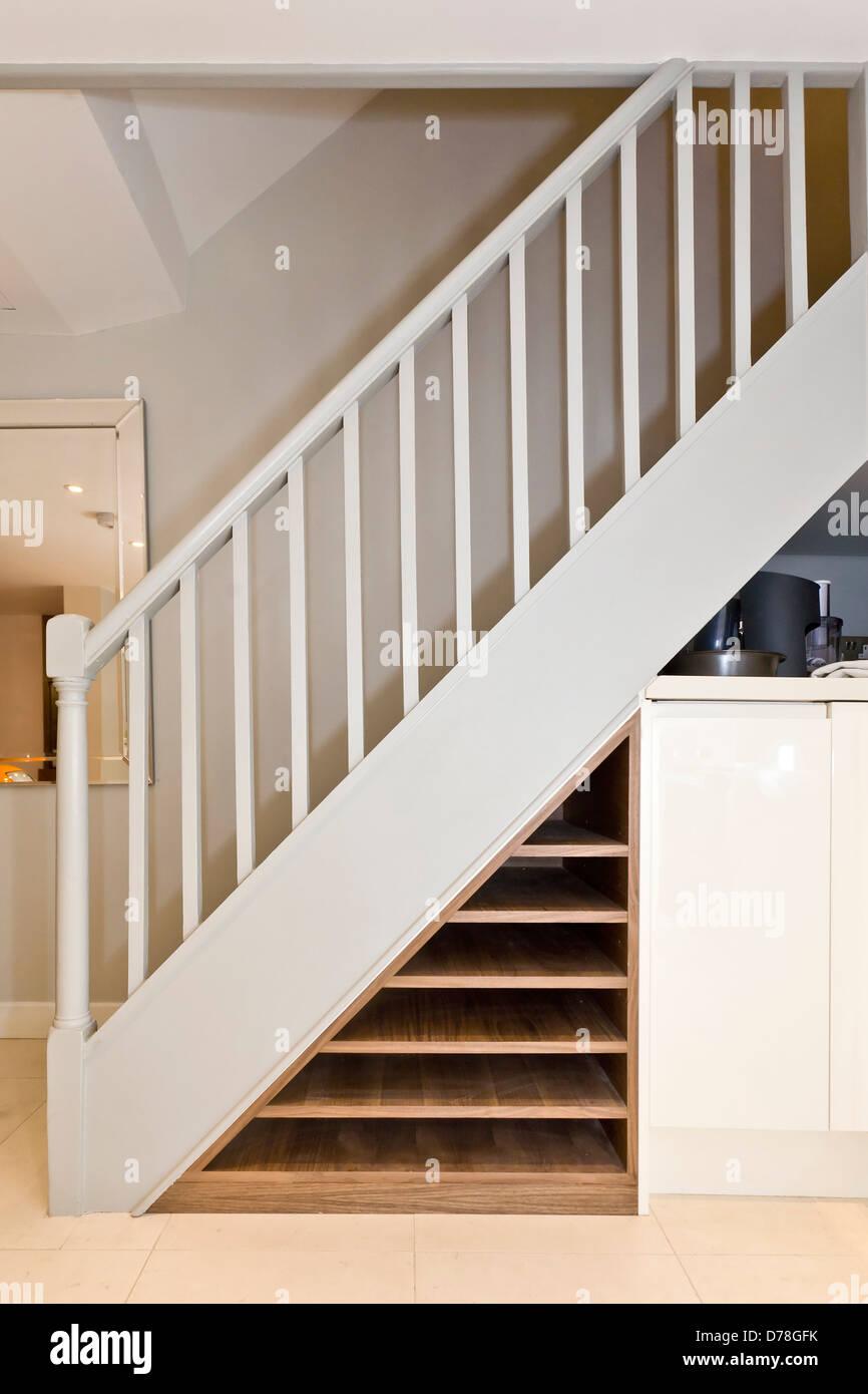 Erbaut Im Weinregal Unter Treppe Stockfotografie Alamy