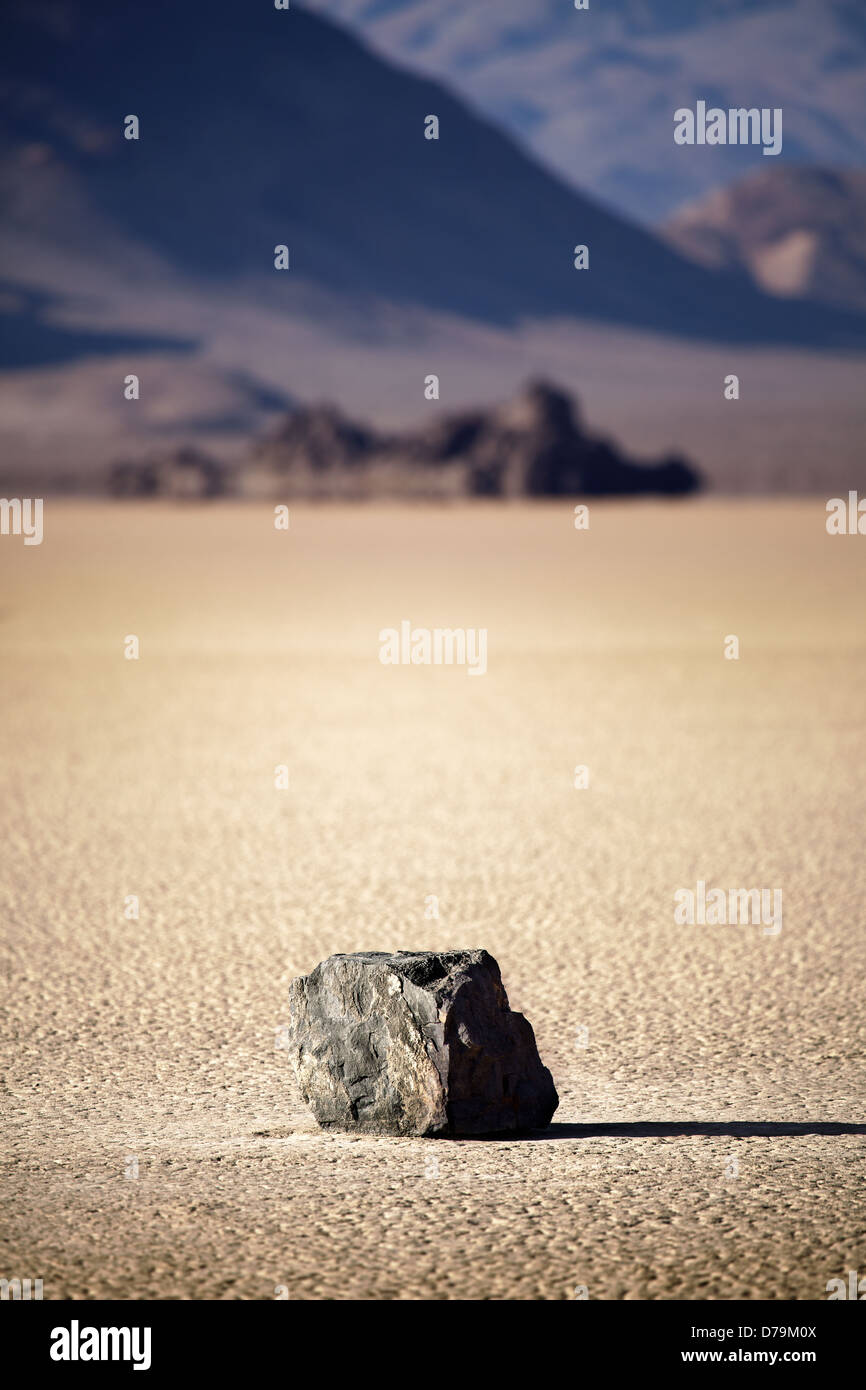 Death Valley Nationalpark - einsame Felsen in der Mitte der trockenen Seegrund (Racetrack Playa) Stockbild