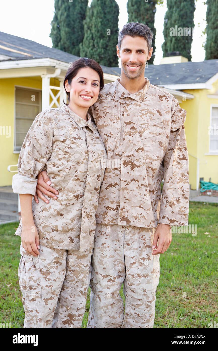 Militärische paar In Uniform stehen außen Haus Stockbild