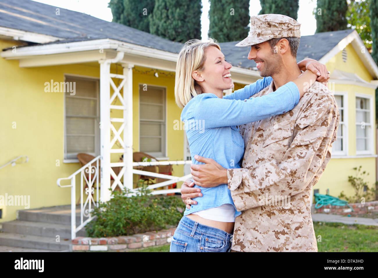 Frau Mann Zuhause Armee beurlaubt begrüßen Stockbild