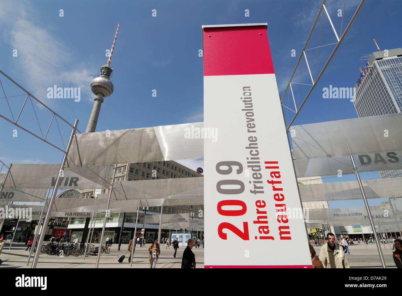 Ausstellung auf dem Alexanderplatz zum Gedenken an 20 Jahre seit dem Fall der Berliner Mauer, Berlin Deutschland. Stockbild