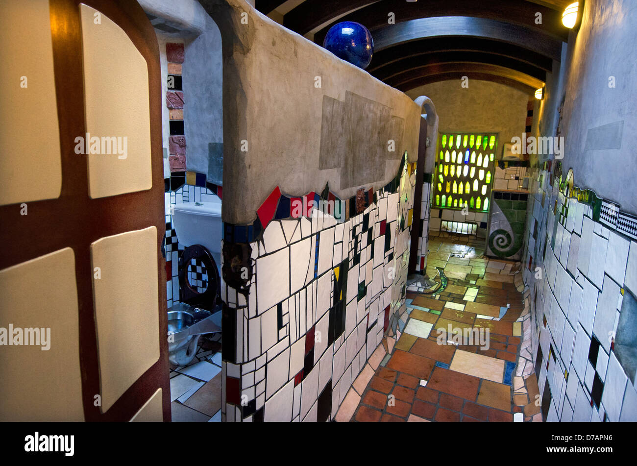Kako IDS gradi škole - Page 3 Innenraum-toilette-in-kawakawa-neuseeland-vom-beruhmten-osterreichischen-architekten-hundertwasser-d7apn6