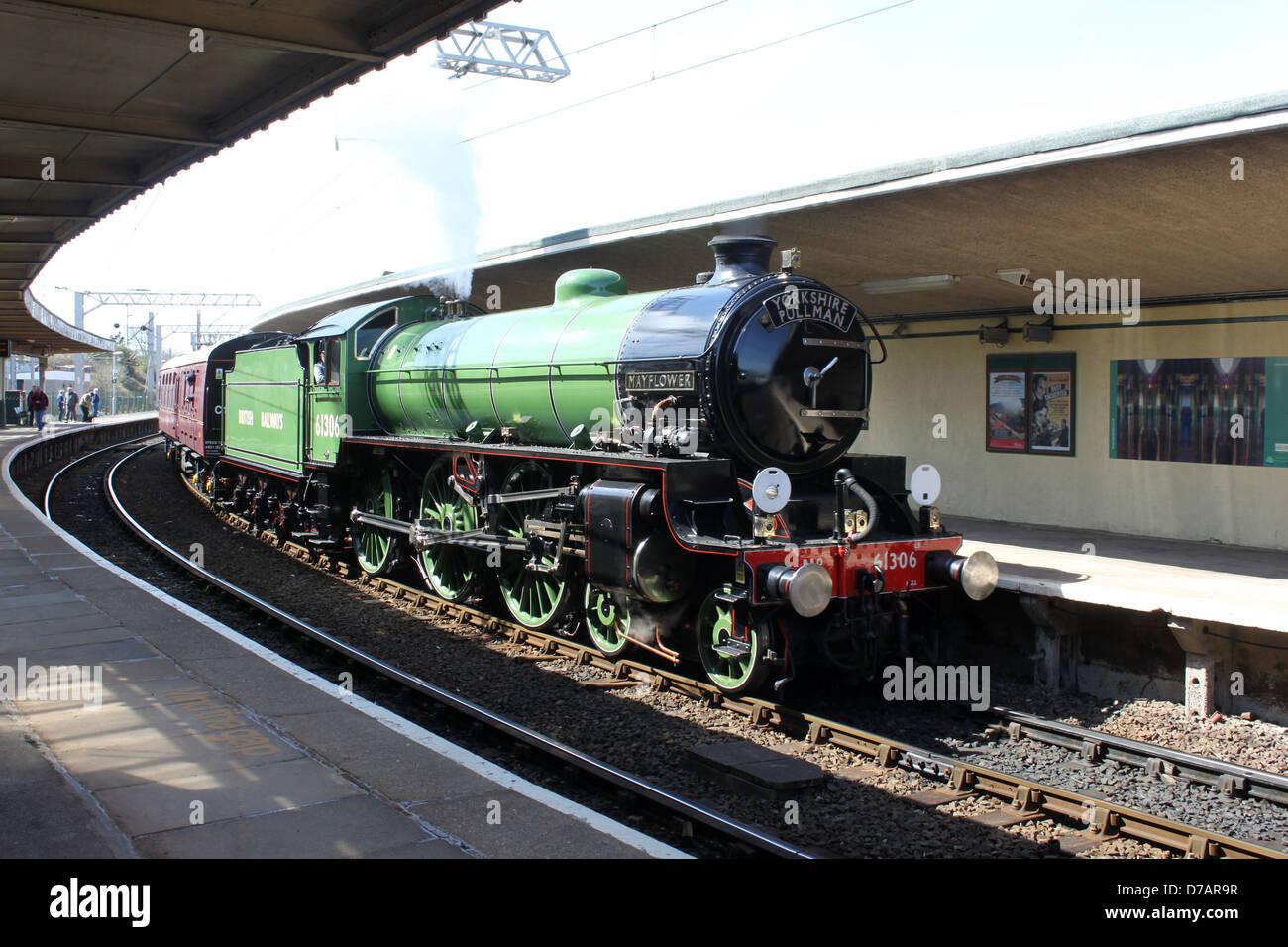 Dampf Lok Mayflower 61306 vorbei konserviert durch Carnforth Station zum Jahresbeginn einen geladenen Testlauf auf Stockbild