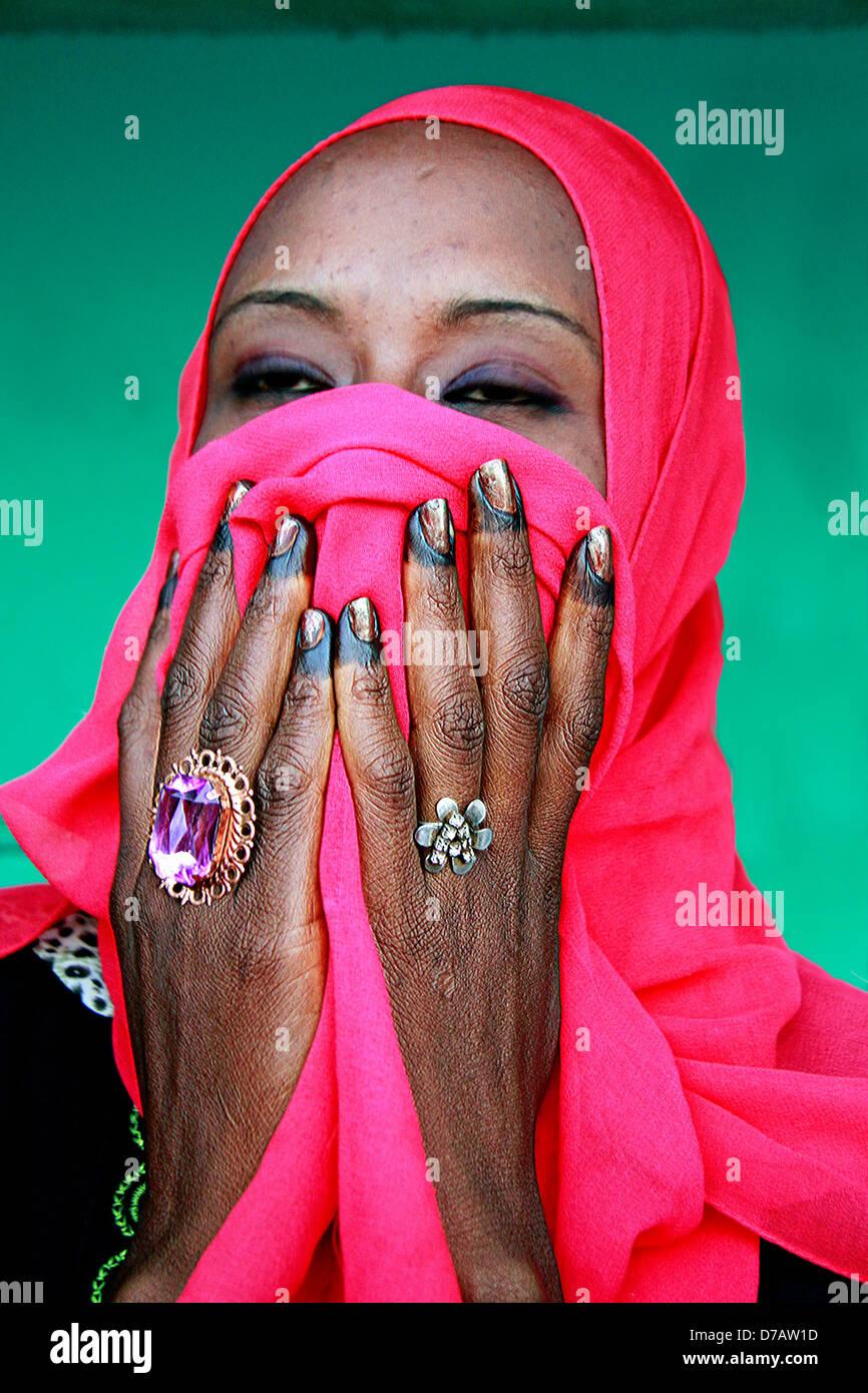 Sudan Khartoum Frau versteckt sich hinter einem roten Schleier Stockbild