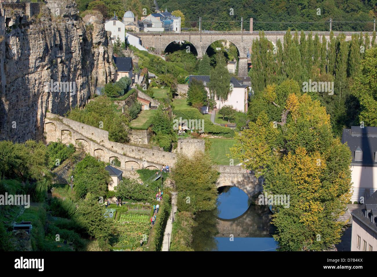Blick von der Alzette mit Gärten, Grund, untere Stadt, Luxemburg, Europa Stockbild