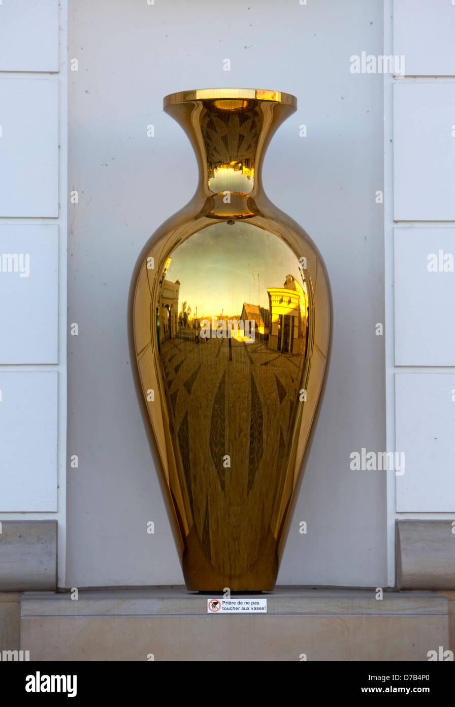 Spiegelt sich in eine goldene Vase, Gerichtsgebäuden zitieren Judiciaire, Stadt Luxemburg, Luxemburg, Europa Stockbild