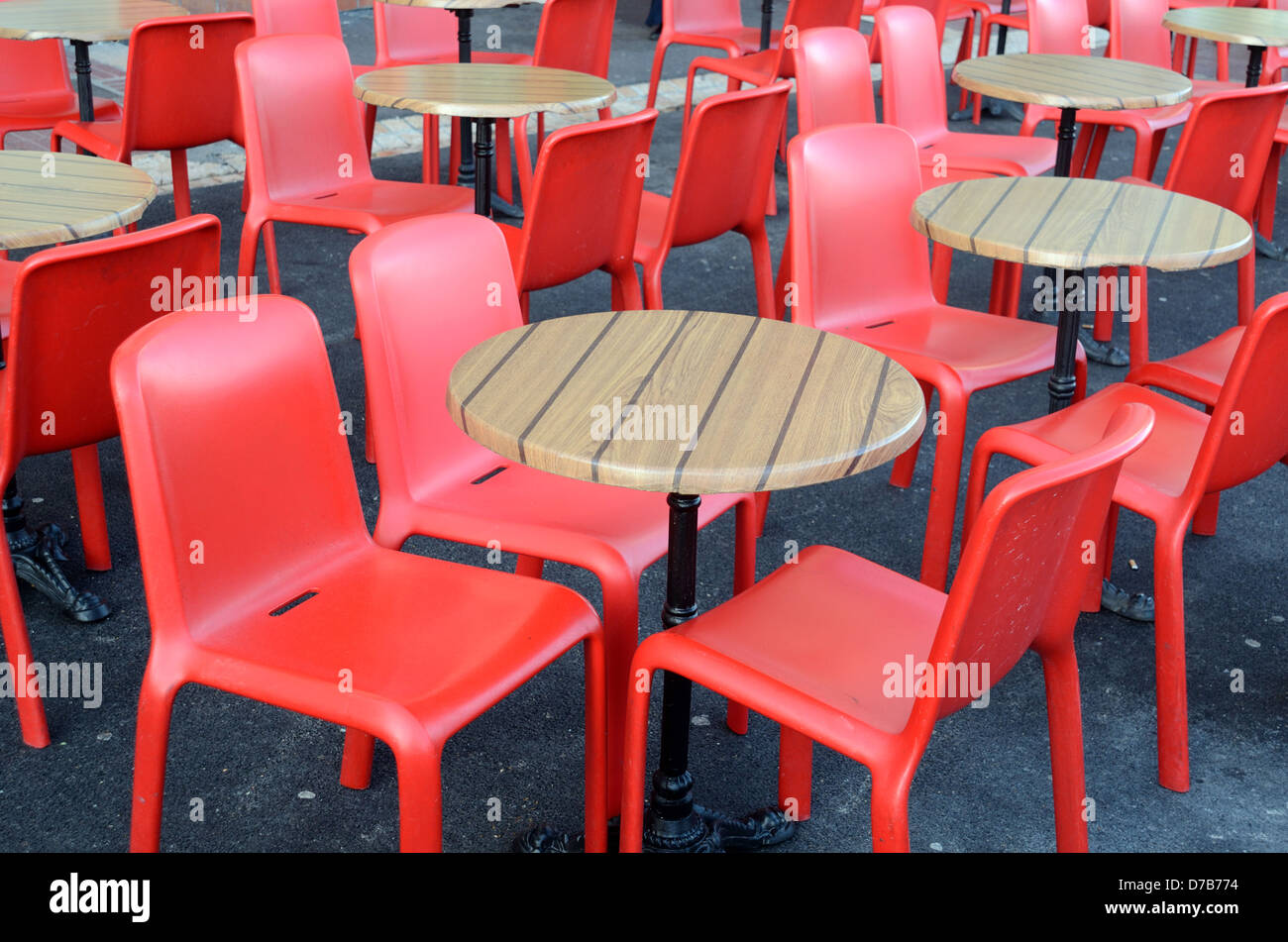 Leeren Sie roten Kunststoff-Stühle und Tische draußen Irish Pub ...