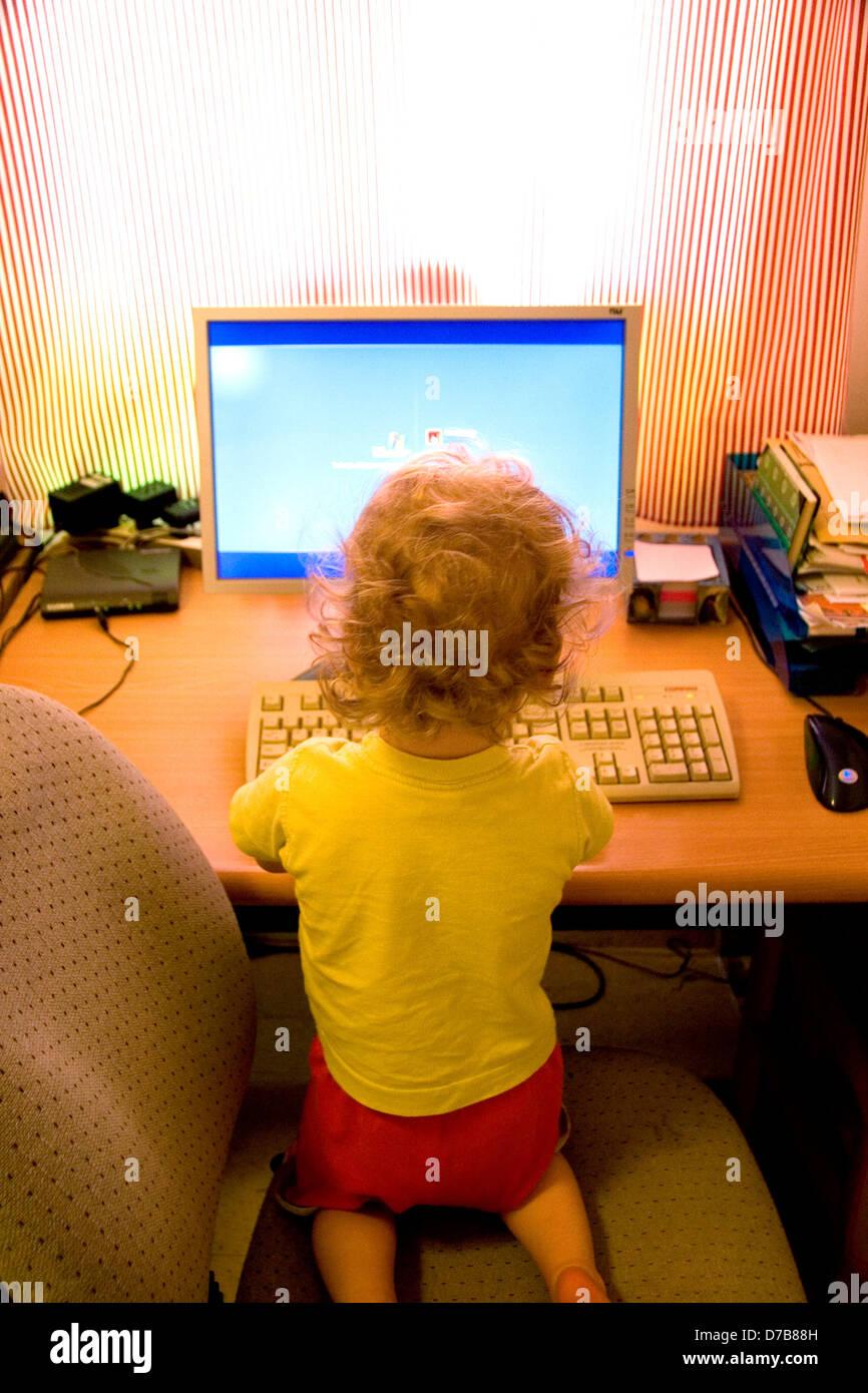 Kind, Alter 2, bereits vom computer Stockbild