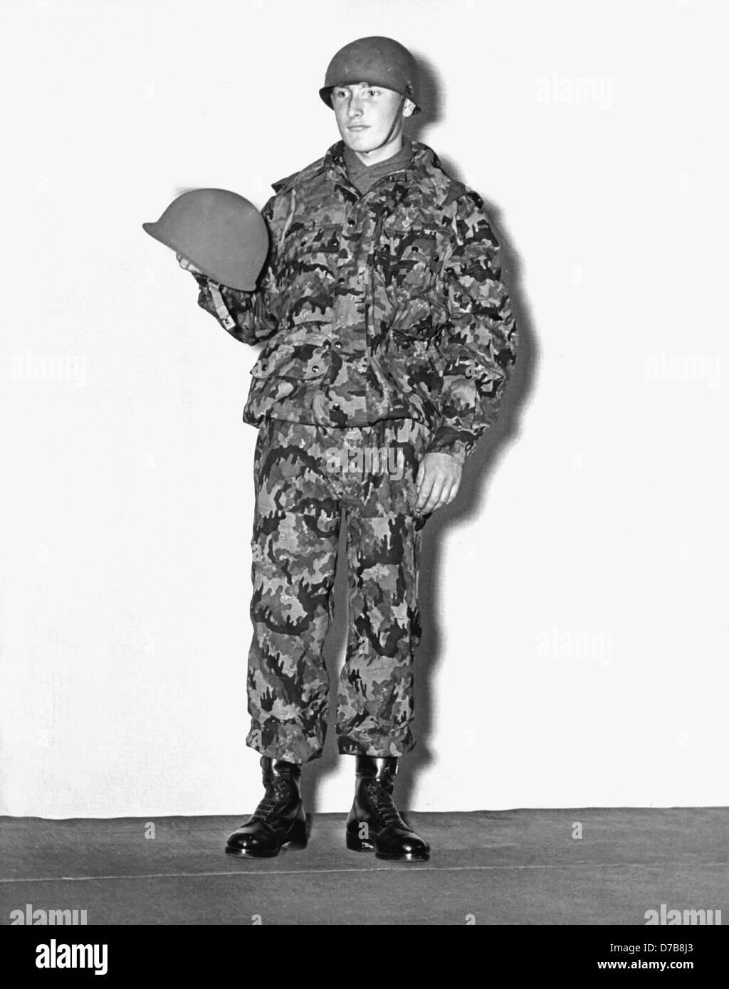 kampfanzug der armee mit stahlhelm pr sentiert am 22 juli 1955 als das freiwillige gesetz. Black Bedroom Furniture Sets. Home Design Ideas