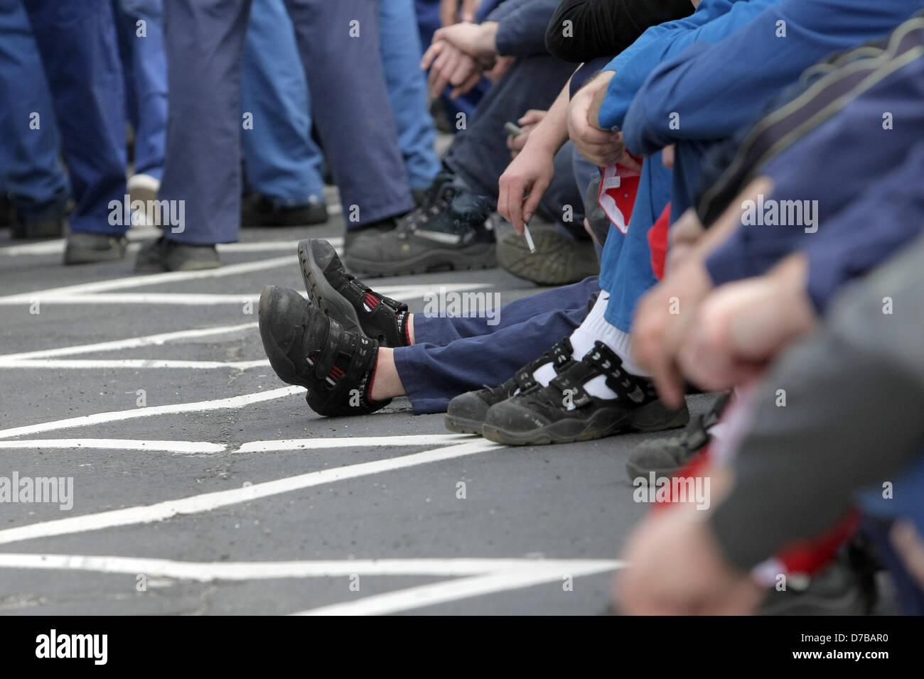 arbeiter in den streik warten auf den beginn einer kundgebung vor