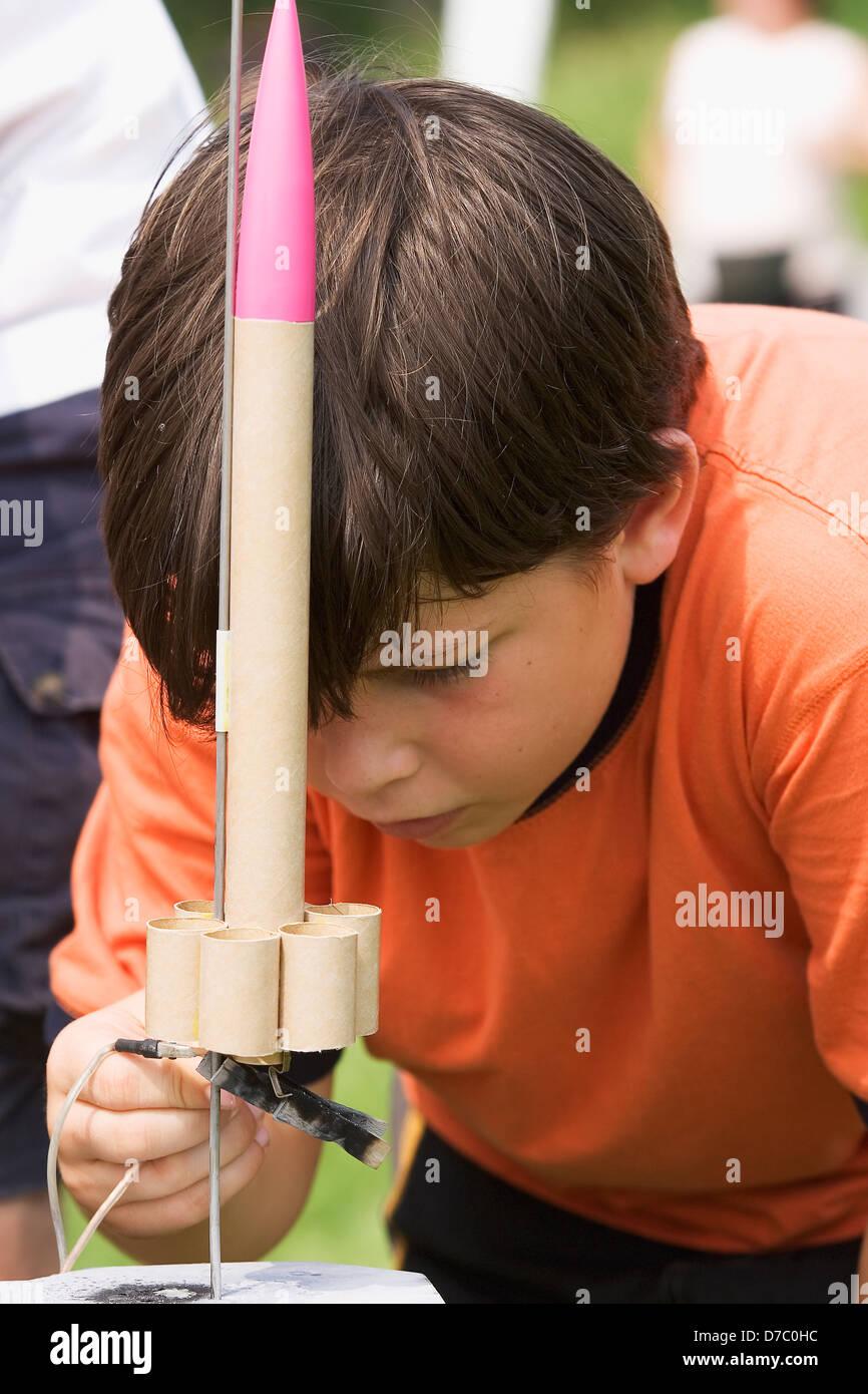 Ein 10-Year-Old Boy mit einer Rakete im naturwissenschaftlichen Unterricht gemacht, Ottawa Ontario Kanada Stockbild