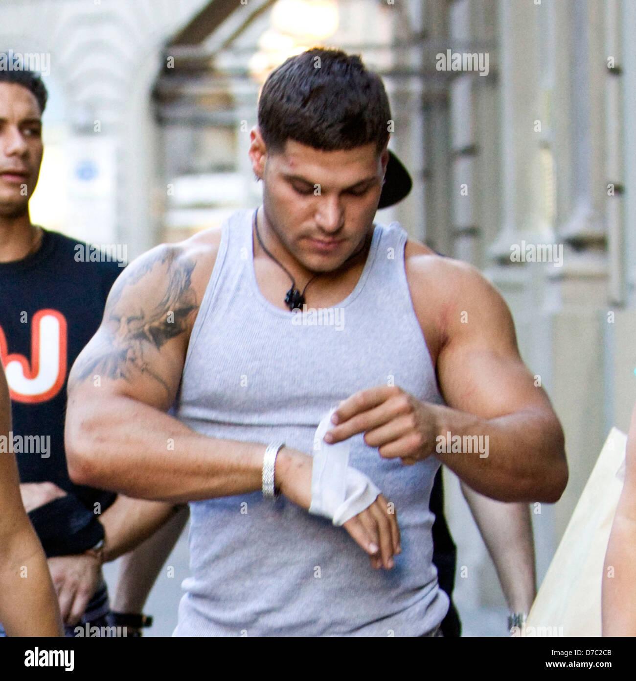 Ronnie Ortiz Magro Gilt Eine Bandage Fur Seine Geschnittenen Hand Nachdem Angeblich Stanzen Mike The Situation Sorrentino Im Kopf
