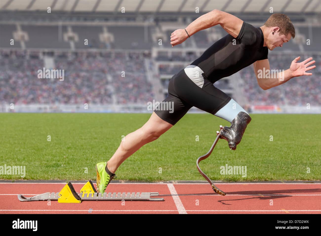 Explosiven Start des Athleten mit handicap Stockfoto