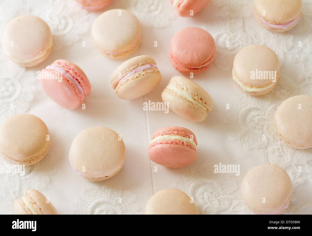 Auswahl an französischen Mandel Macarons auf weißem Holz, Teil einer Serie. Stockbild