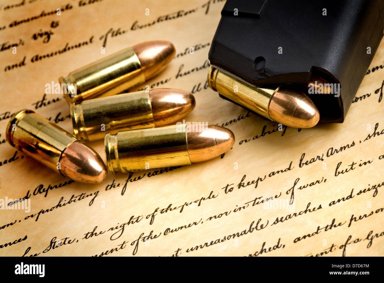 Kugeln und moderne geladen 9mm Clip über die Bill Of Rights, konzentrieren sich auf das Recht des Volkes zu Stockbild